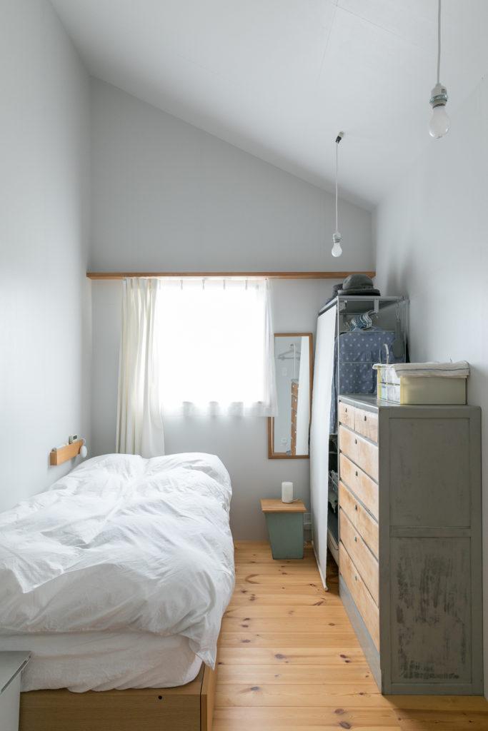 寝室は屋根の形がそのまま現しの落ち着く空間。