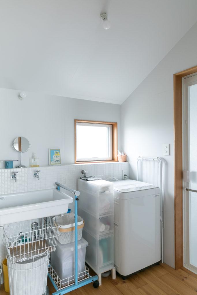 シンプルな白いタイル貼りの清潔感ある水周り。