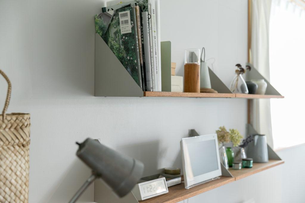 ところどころに使われているスチールのブラケットは、東端さんが家具製作をするご主人とつくる「SAT. PRODUCTS」のもの。