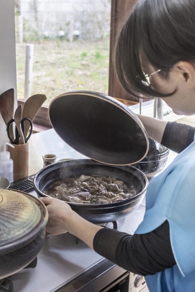 奥さんが自身のお父様にすすめられて始めた土鍋料理。料理が楽なうえに不思議なほど味がおいしくなるという。
