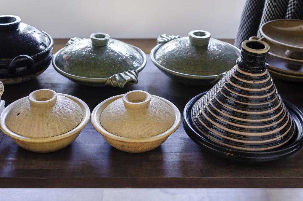 専用につくられた棚に収まった土鍋。いろいろな種類のものを教えられてどんどん増えてしまったという。