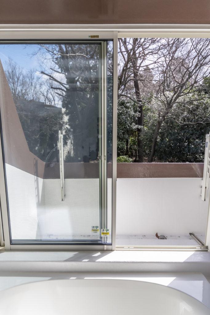 「窓があって、緑が見えるオープンなお風呂に入りたい」とリクエストした浴室は、奥さん曰く「露天風呂のよう」。