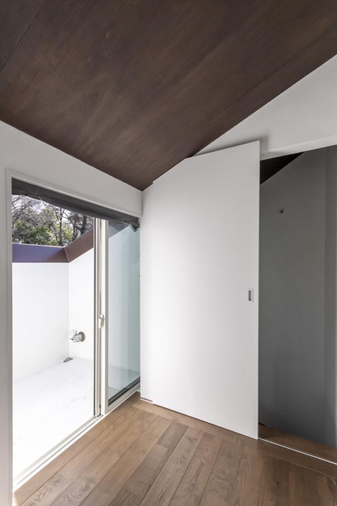 2階の奥さんの部屋も開口の部分で風景が絞り込まれている。