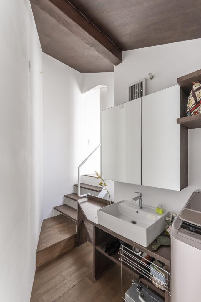 階段を上がると奥さんの部屋、手前右側に浴室がある。