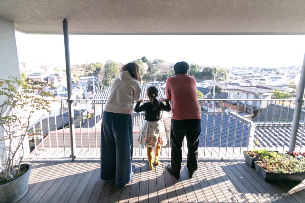 南向きの傾斜地に建つ。眼下には住宅街が広がり、その先の小高い丘に動物園を有する公園がある。「あ、キリンの頭が見えた!」と薫ちゃん(6歳)が教えてくれた。