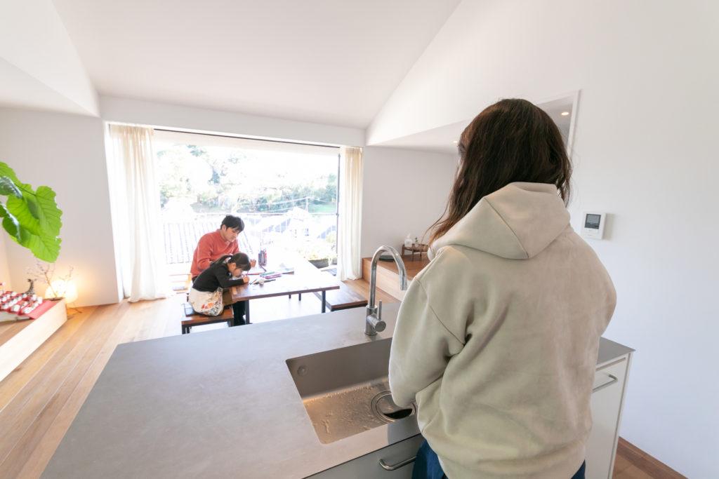 キッチンからの眺めを重視し、家の中央に配置。テラスへと視線が抜け、のびやかな気持ちで料理ができる。