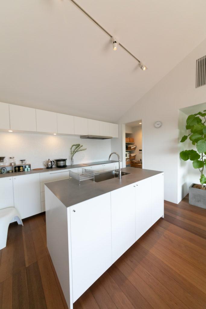 夫婦でキッチンに立つことも多いため、作業場所を分担しやすく動きやすいよう回遊性のあるアイランドタイプを採用。冷蔵庫は奥のパントリーに収納。
