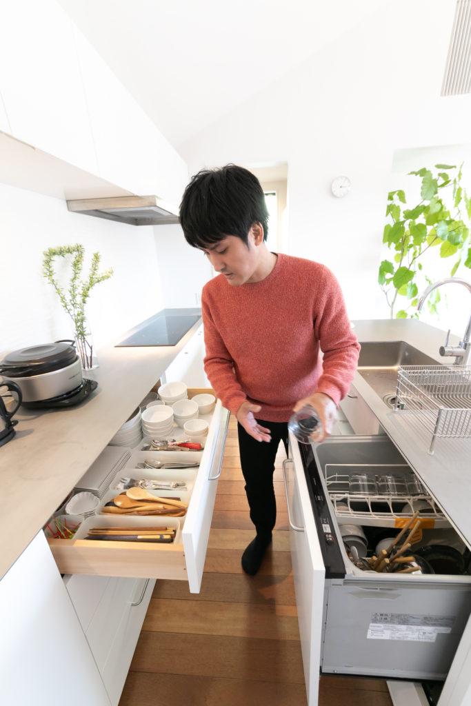食洗機から取り出した食器は最短距離で仕舞えるようにと、収納場所を考え尽くしている。