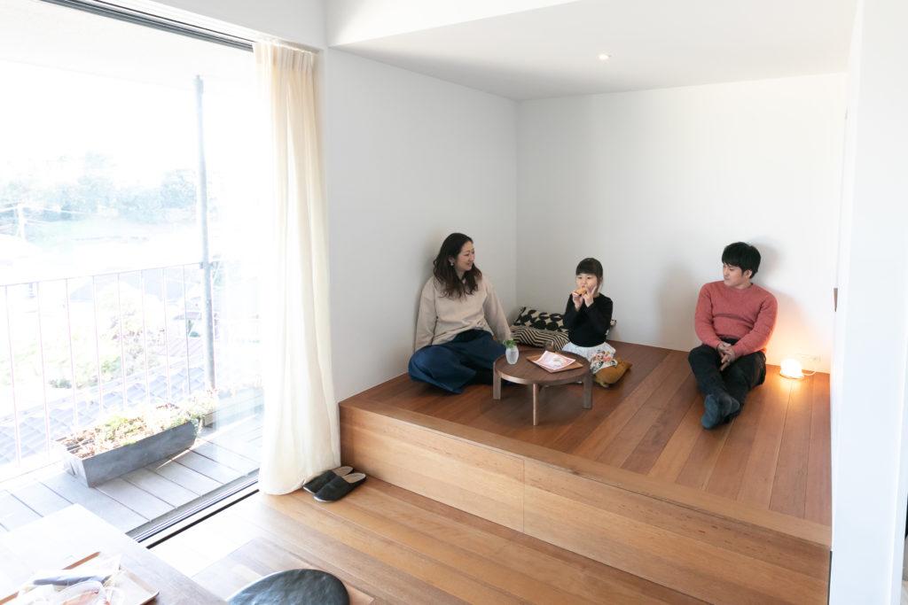 ゴロゴロできる小上がりを希望。対面の壁に映し出された映像は、ここから鑑賞する。薫ちゃんがオモチャを広げたり、客人の宿泊スペースとしても活用。