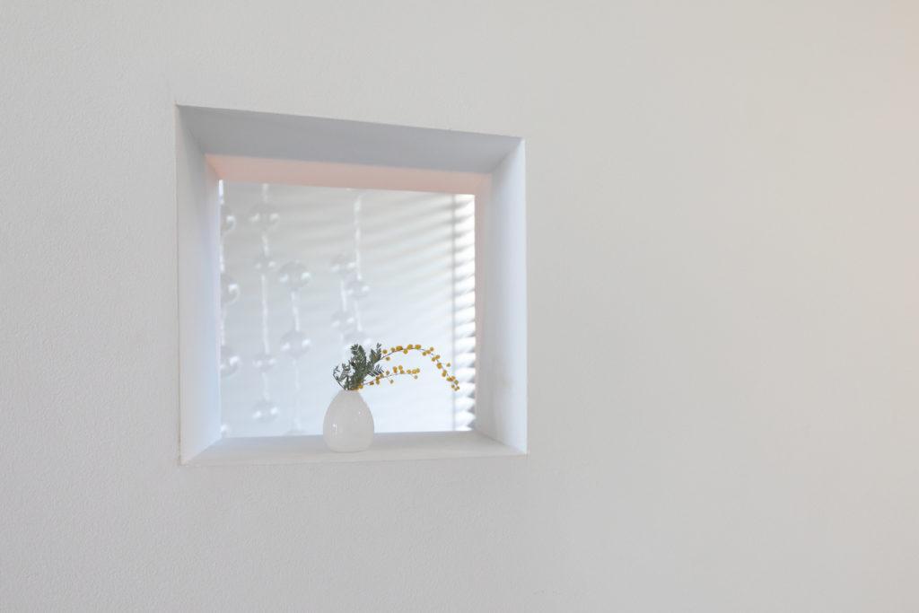 キッチンと階段の間の壁に設けた小窓は今城さんのアイディア。「繊細な造り込みが素敵ですよね」と真由美さん。