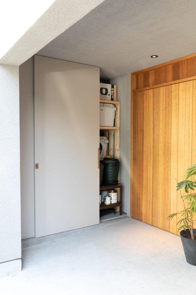 玄関脇の外収納。聡司さんが作製した棚により、長男の野球道具やキャンプグッズがぴったり収まっていた。土間ではなく外のポーチにしたことで掃除も楽とのこと。