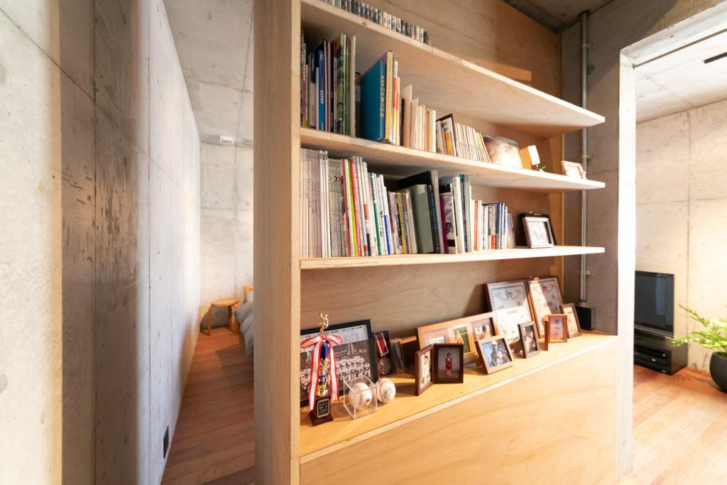 収納の階段側は本棚を造作。壁にぴったりくっつけず、回遊性をもたせた。
