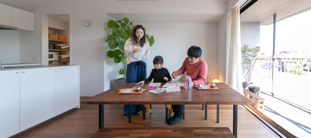 展望リビングで豊かに過ごす 機能と美しさが共存した 共働き夫妻のための家
