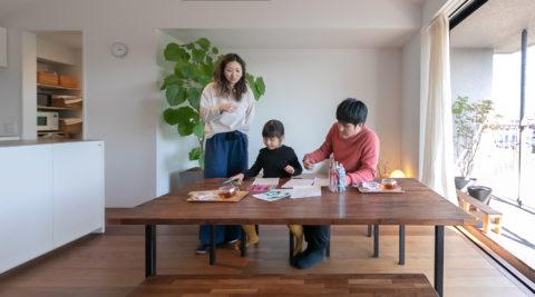 展望リビングがゆとりと癒しを生む機能と美しさが共存した共働き夫妻のための家