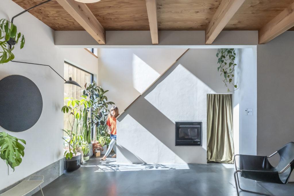 階段下の空間を利用してペレットストーブを設置。木質ペレットを燃料とするため、エコ暖房として注目されている。ソーラーパネルの設備も備え、エコロジーな暮らしを追求。