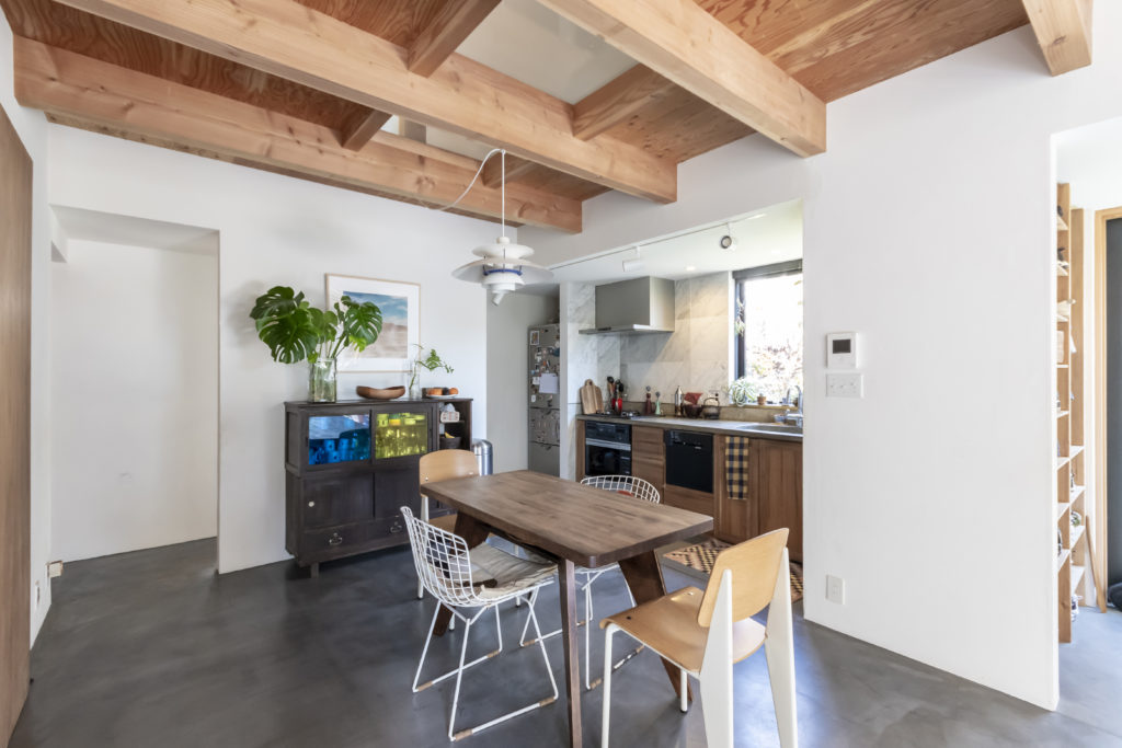 ダイニングキッチンも庭続きの土間に。テーブルは天板にカットした脚を組み合わせて作ったもので、今後はより大きいものに作り変える予定。