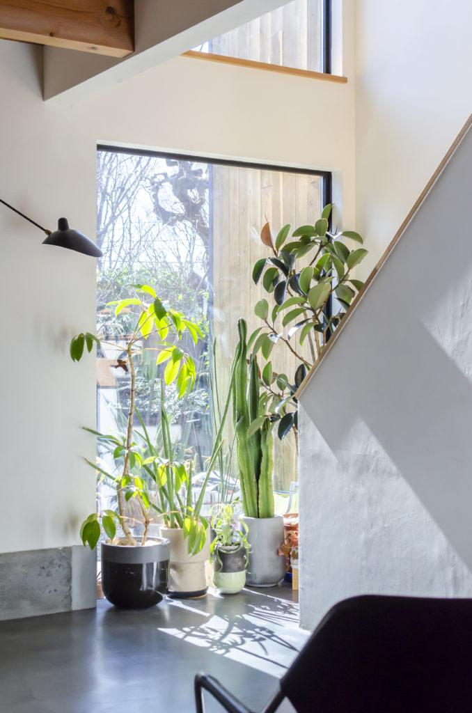 吹き抜けに設けた開口から、光が差し込む。ペレットストーブの温かな空気も2階へ届けられる。