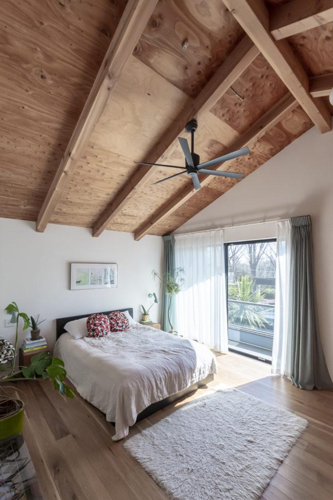 海外のファームハウスのような主寝室。ベッドはベニヤにベンガラ塗料を塗ってDIY。