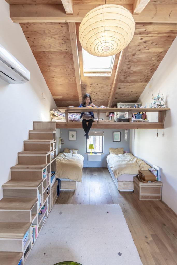 ロフトのある子供部屋。柵はテーブルの代わりにも。当初なかった階段はクルミの木でデザインし、後から大工さんと施工した。