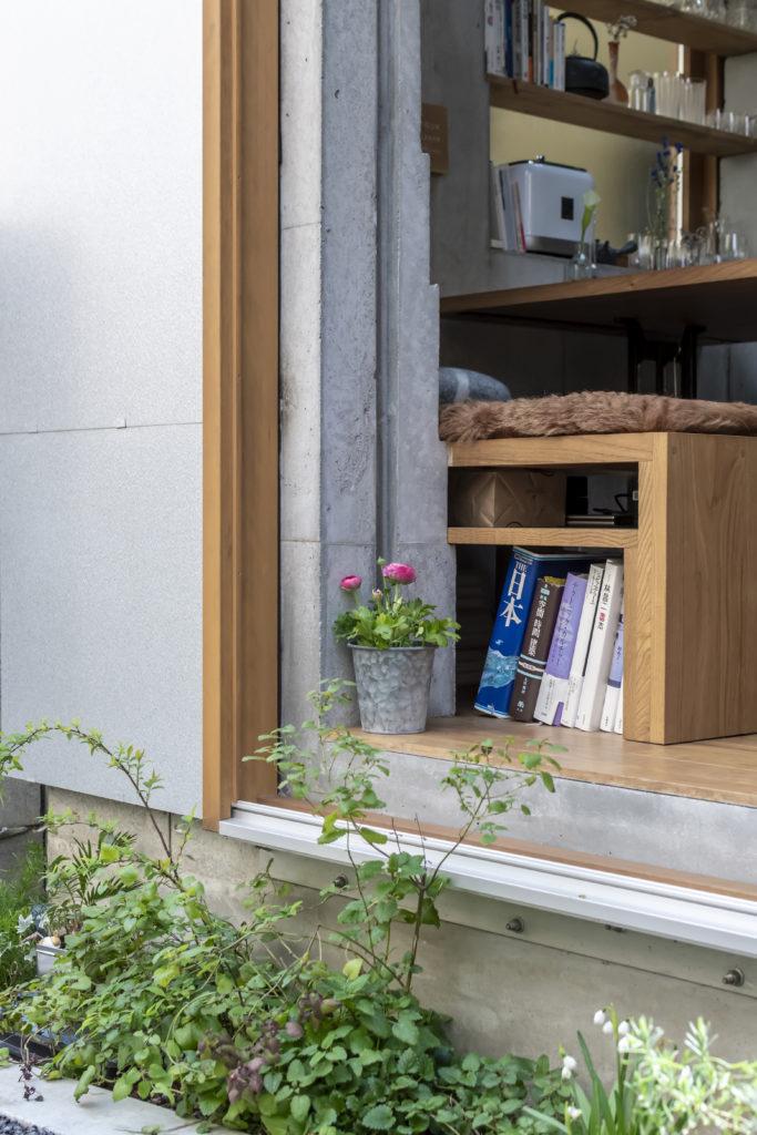 グリーンが狭い空間に潤いをもたらす。椅子の下も収納スペースに使っている。
