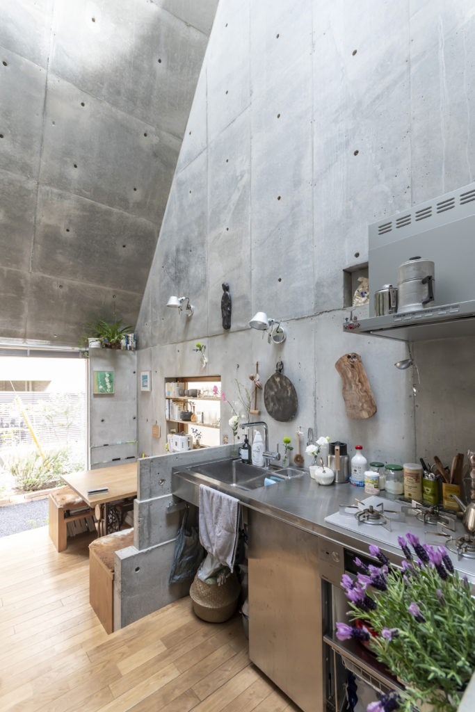 キッチン側から道路側を見る。キッチンと奥のスペースの間には段差が設けられている。