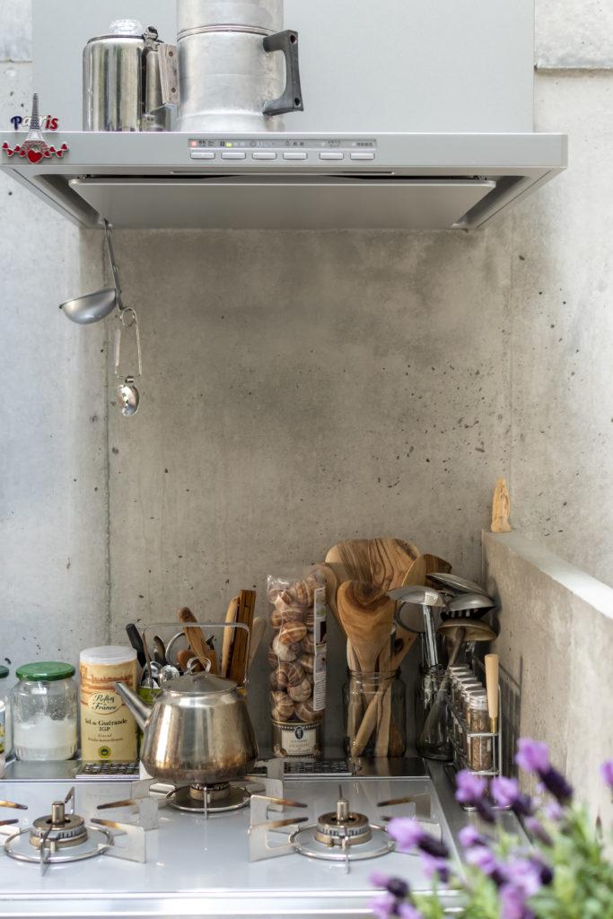 キッチンに並ぶものには料理好きのめぐみさんのこだわりが感じられる。