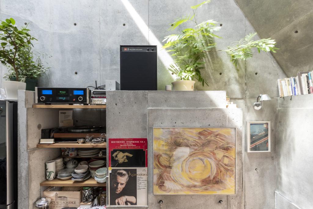 オーディオ関係は前の家の時よりも大きなものに取り替えた。レコードはちょうどその幅の分凹ませたコンクリートの壁に立てかけられている。