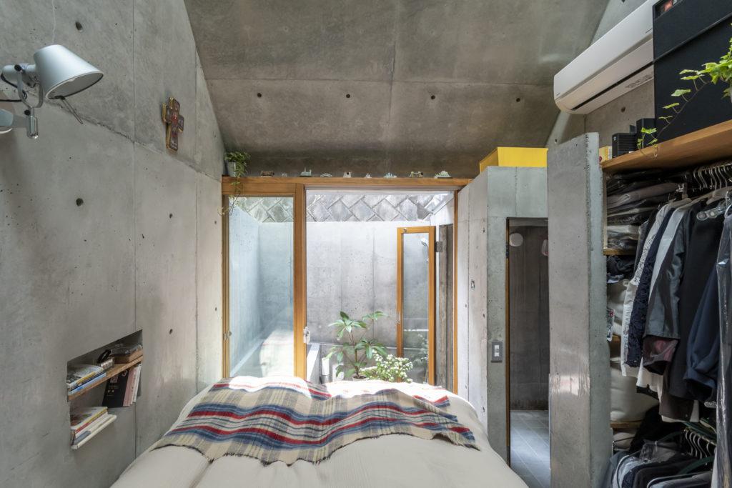 キッチン側から奥を見る。狭いためトイレとシャワールーム以外は扉をつくらないという方針のもと、コンクリートの仕切りの間のスペースをクローゼットとしている。