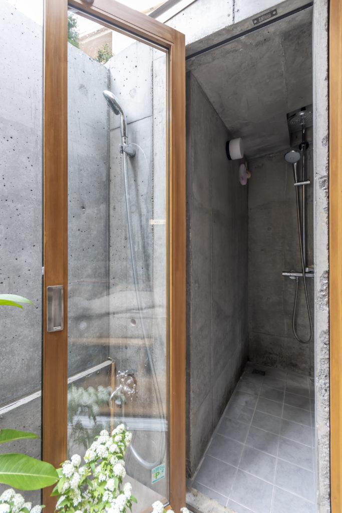 大きめのシャワールームが風呂の隣のスペースにつくられている。