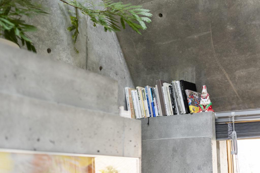 コーナー部分も本の収納スペースに。反対側のコーナーにも同様に本が置かれている。