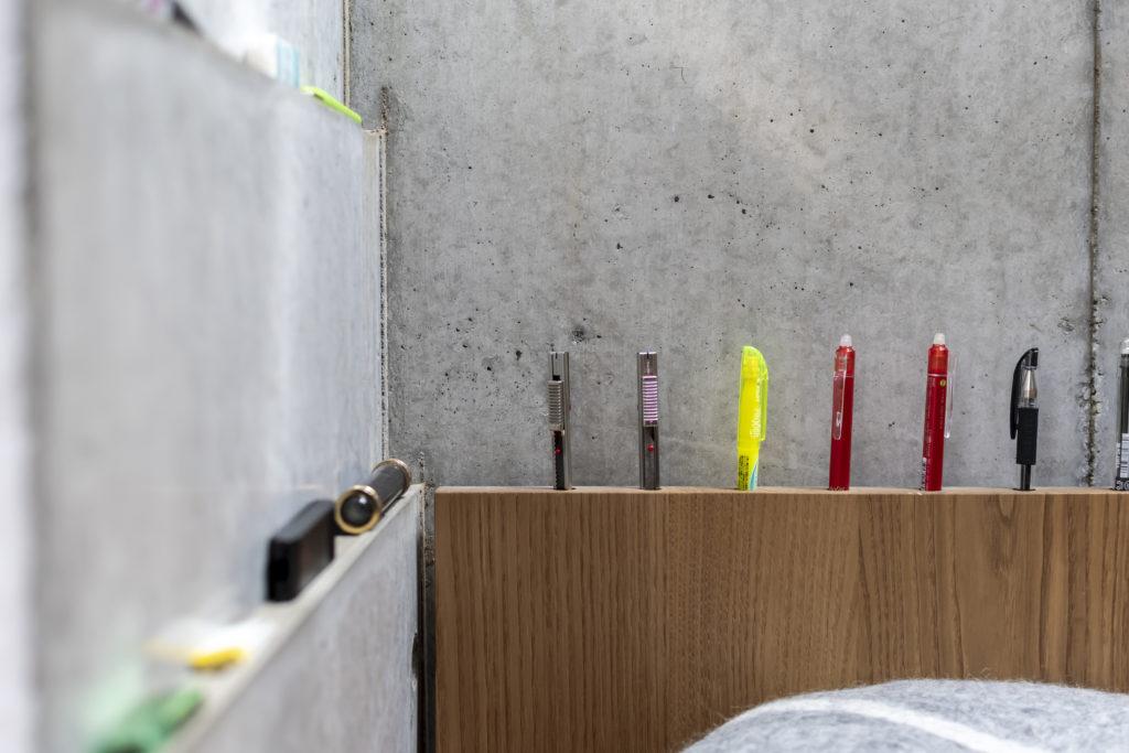 奥は保坂さんがよく使うペンのペン挿し。左のコンクリートの段差はハンコや付箋などの小物を置くためにつくられたもの。