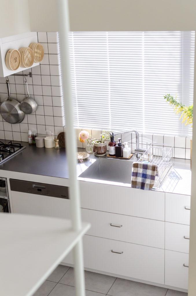 掃除のしやすいステンレスの天板に、扉ではなく引出しの収納をリクエスト。