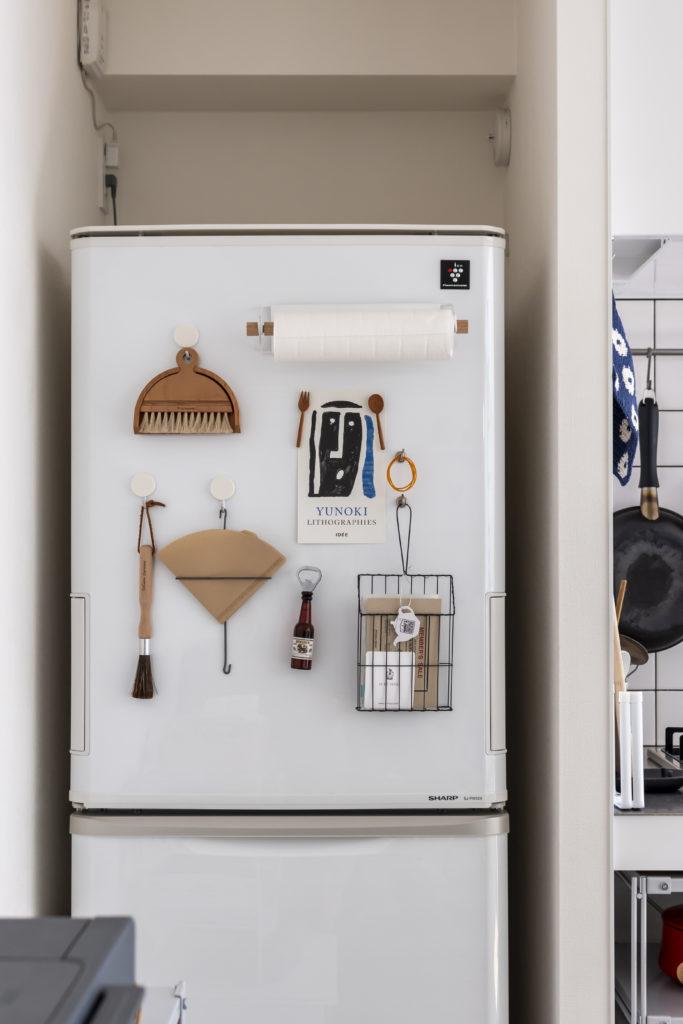 ワイヤーラック、マグネットフックなど、「北欧、暮らしの道具店」で販売している小物を活用。