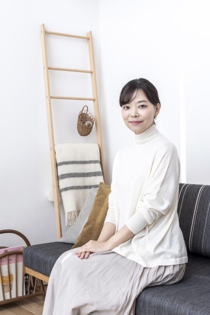 """「北欧、暮らしの道具店(https://hokuohkurashi.com)」バイヤーの竹内敦子さん。休日は""""昼間の明るい感じを味わっておきたい""""と、家で過ごすことが多いそう。"""