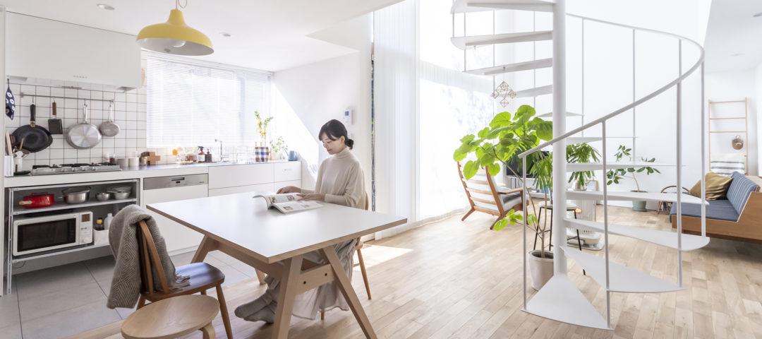 螺旋階段のある家  抜けと余白のある空間に 光がたっぷり降り注ぐ