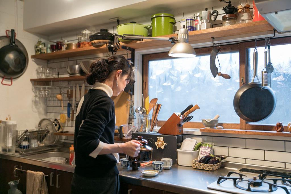 キッチンのタイルは枝里子さんが貼ったのだそう。すごい! 「夫が外でタイルをカットしている間、私がせっせと貼っていきました。目地の幅を均一にするのがとても難しかったです」