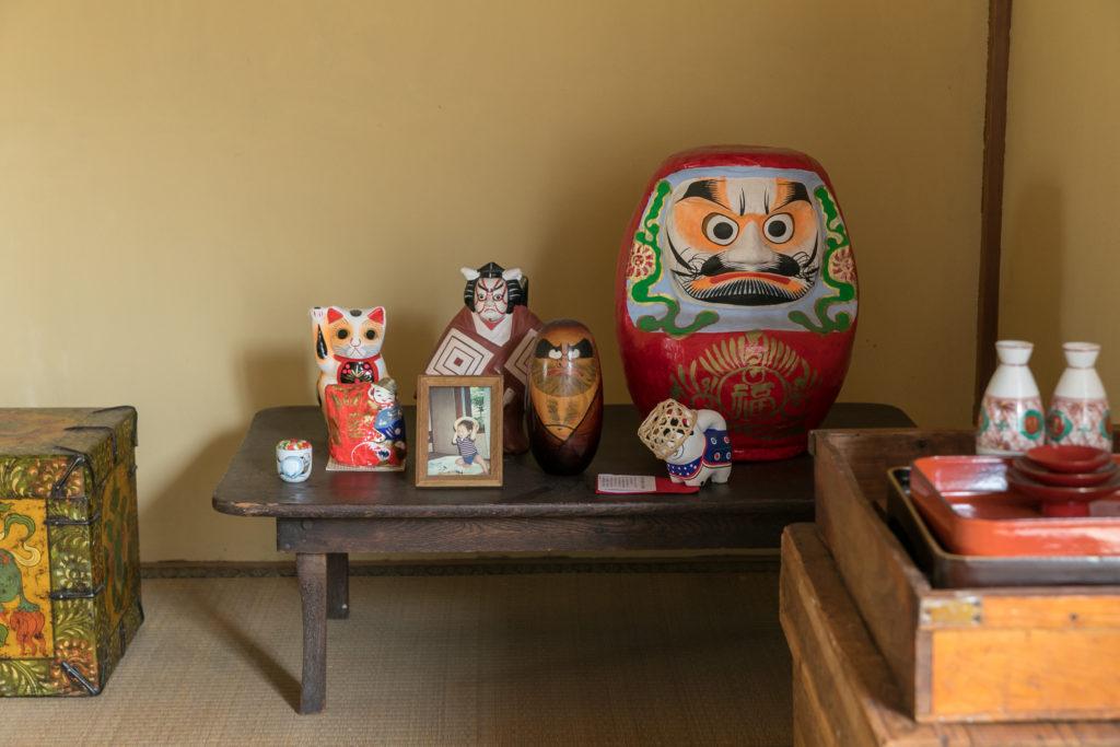 床の間には、ダルマや歌舞伎のはりこ人形を並べて。