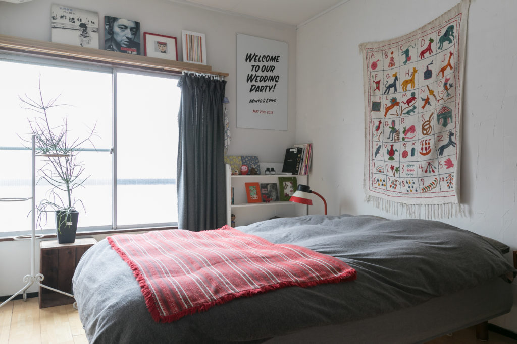 2階の奥の洋室をベッドルームに。木製のカーテンレールは『toolbox』のもの。