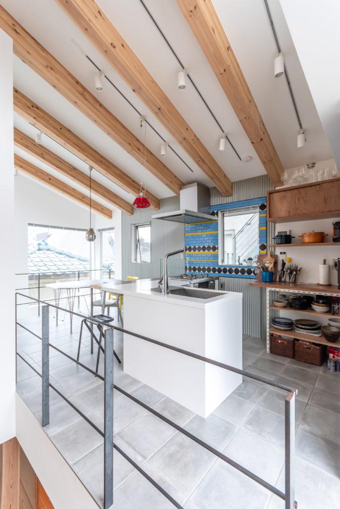 キッチンを階段近くから見る。天井の最高高さは3.6mある。