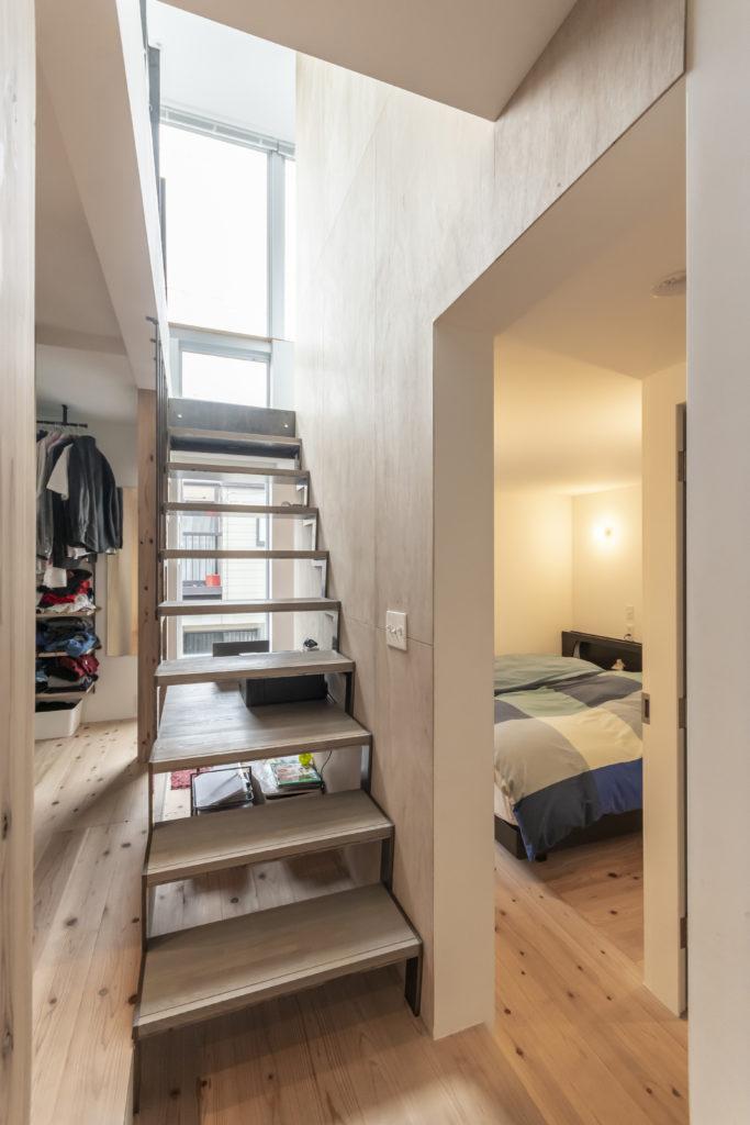 右が主寝室。階段の向こう側に木の踏み板が延びていて北川さんの机になっている。