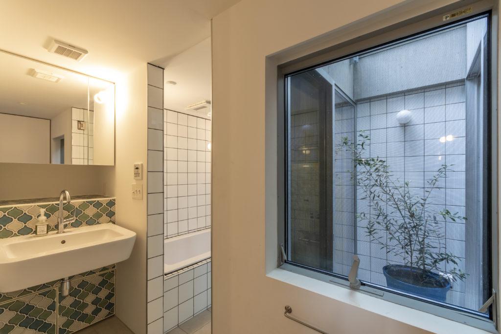 浴室はリクエストで大き目なものにした。左のタイルはトイレ、キッチンに貼ったものと同様、奥さんがあいさんと話をしながら決めた。