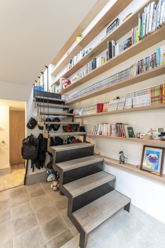 本棚は3階まで続く。奥の扉は納戸のもの。