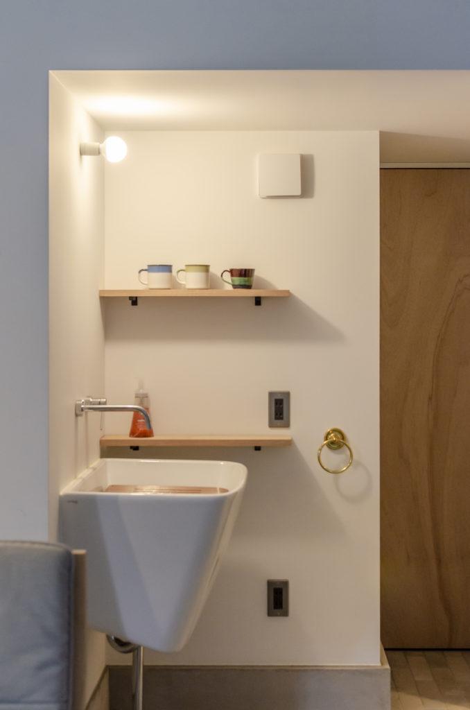 深さのある手洗い器がこの空間のなかでデザイン的にもおさまりがいい。