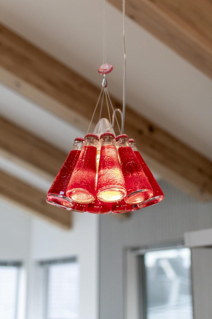 鮮やかな赤色が特徴のライト。カンパリソーダの瓶を使ったもので既製品という。