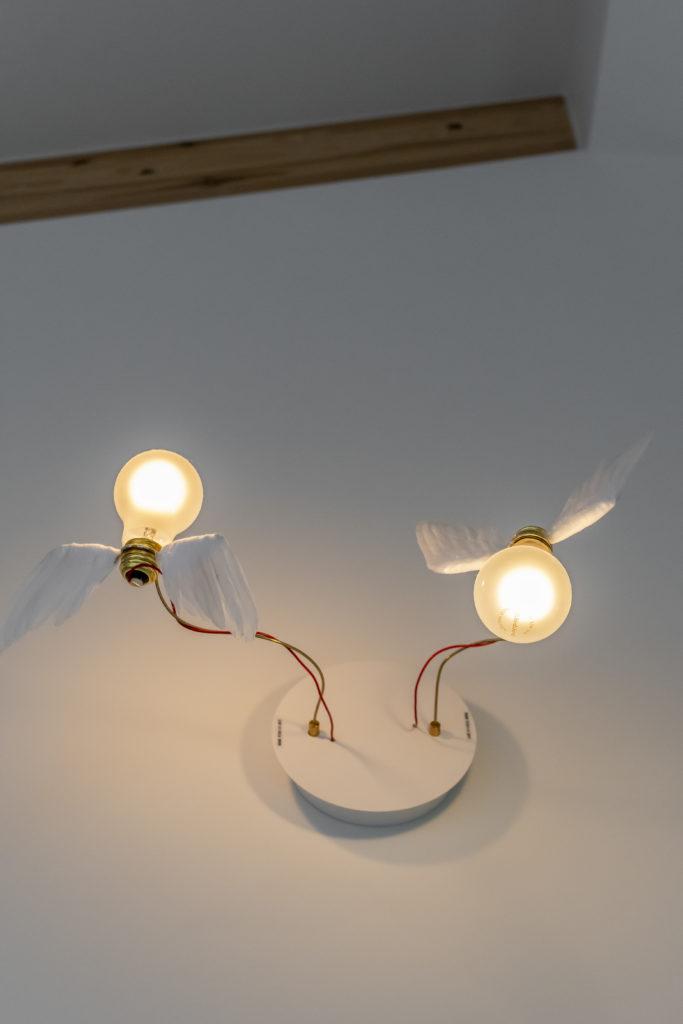 この羽のついたライトも既製品で、北川さんとあいさんとで選んだもの。