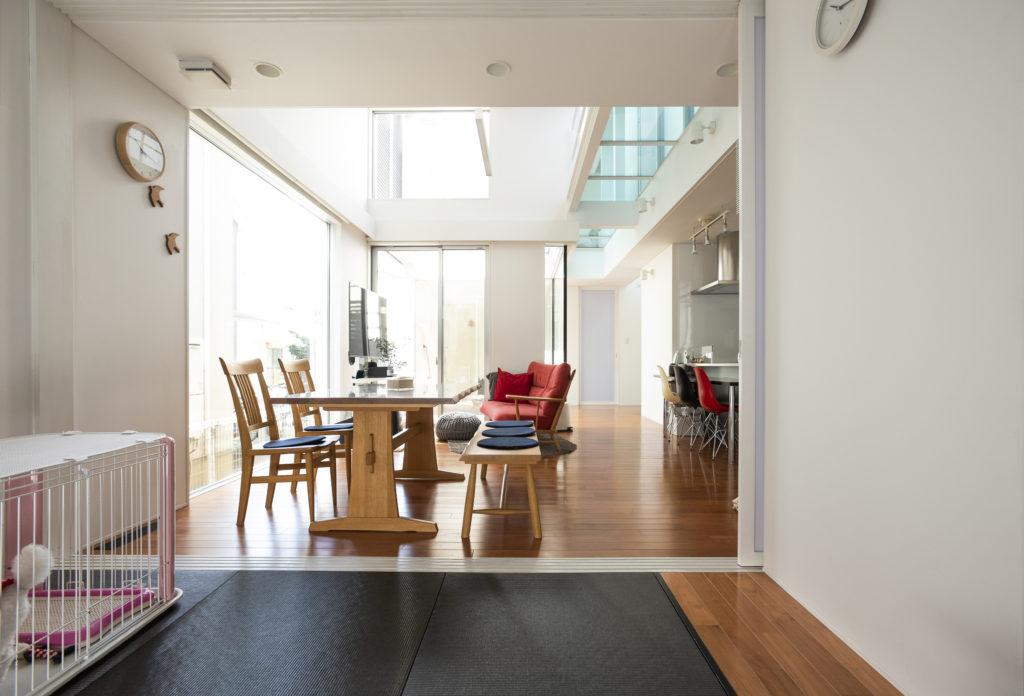 琉球畳を敷いた和室からリビング方向を見る。