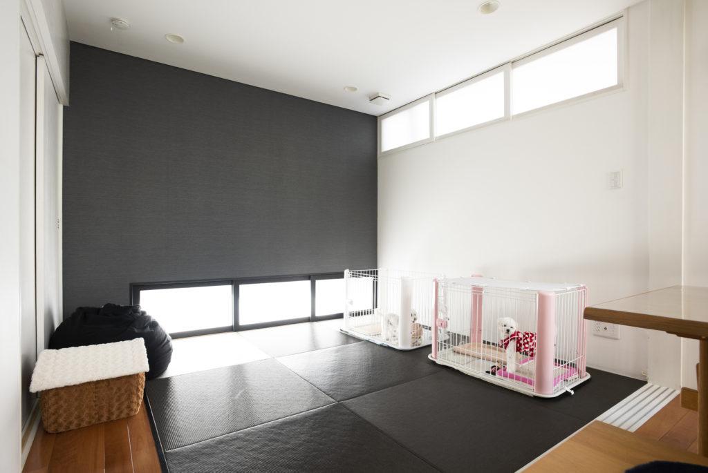 開口の位置に工夫が凝らされた和室。黒い壁紙が印象的。