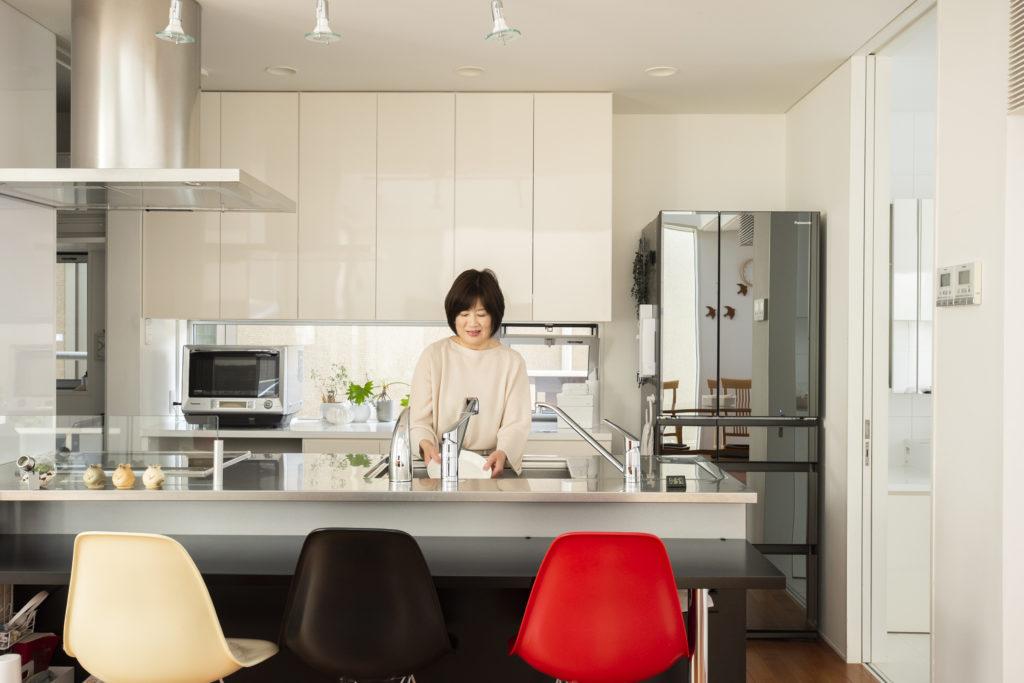 対面式のキッチン。収納などは使いやすさを考えて造作した。