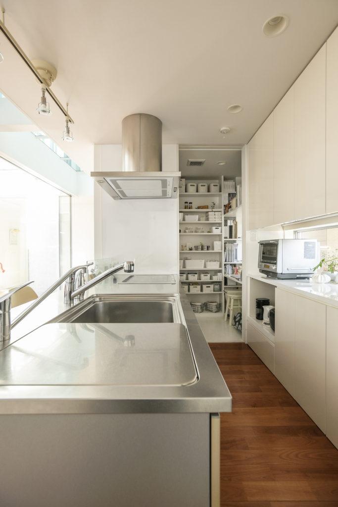 掃除のしやすいステンレスのキッチン台。大きなシンクに付いているトレーの上では、パンをこねたりもでき、さらにそのまま洗えて便利。