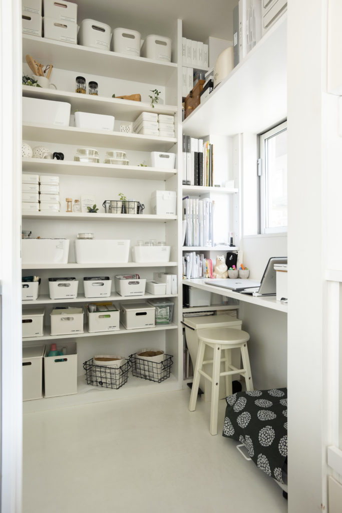 こだわりの家事ルーム。食材だけでなく、仕事や日常に必要な書類を保管。造り付けの机では執筆活動も行っている。